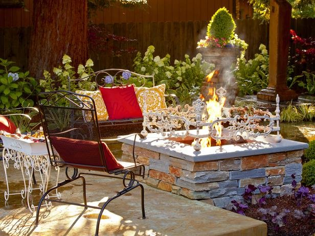 BP_DYCR813_backyard-fire-pit-seating-landscaping_s4x3_lg